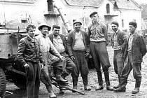 Pracovní oděvy typické pro šedesátá léta minulého století, které nosívali muži a ženy, pracující v zemědělství. Nezbytné byly gumové holinky. Snímek je z farmy v obci Hlinka.