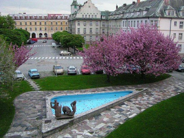 Miroslav Jirava je autorem kašny, plastiky Rodina a mozaiky na náměstí Hrdinů.