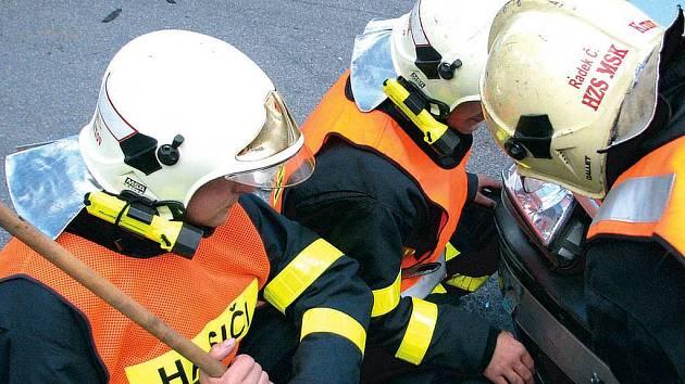 Hasiči ve čtvrtek dopoledne uklízeli po autonehodě na Mikulášské ulici v Krnově.