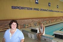 Na bazén v Břidličné chodí pomáhat mamince Jarmile Vyklické (vlevo) dcera Nikola, která neumí ani o letních prázdninách jen tak zahálet.