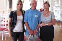 Na předání ocenění na bruntálském zámku Jaroslava Kalinu doprovodily jeho sestra (vpravo) a neteř.