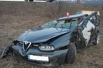Rychlá jízda skončila pro řidiče vozidla Alfa Romeo těžkým otřesem mozku a škodou přesahující sto tisíc korun.