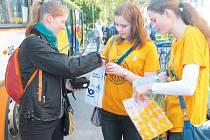 Studentky Johana Handlířová a Ivana Holubová podpořily sbírku jako dobrovolnice. V Krnově se takto zapojili studenti čtyř středních škol.