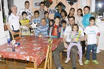 Fotbalisté Slavoje Olympie Bruntál udělali dětem v Dětském domově ve Vrbně na Vánoce velkou radost, když jim přivezli dárky a sportovní vybavení.
