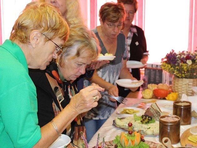Kulinářský den ve vrbenské Střeše ukázal, že členové Spolku Přátelé Vrbenska i spolku Sami sobie mají lahodné pokrmy skutečně v lásce.