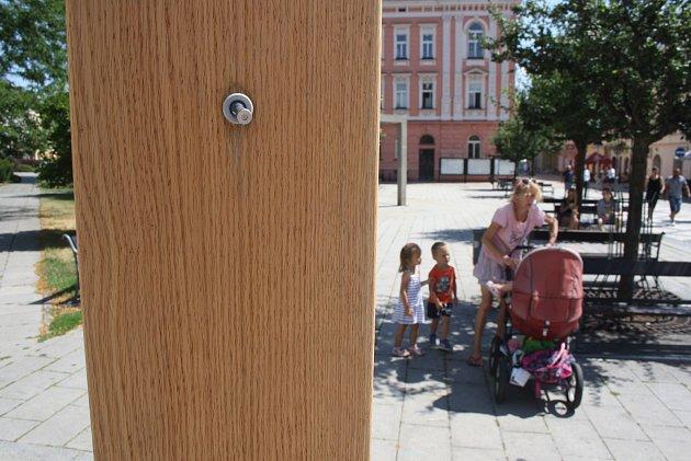 Dřevěný stojan stryskami na výrobu osvěžující vodní mlhy lze ovládat mobilem. Vnejhorším vedru byl ale mimo provoz.