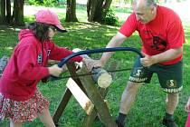Soutěž dvojic Dřevopil nabídla dětem možnost vyzkoušet si, jak se pracuje s pilou či sekerou. Pro mnohé znich to bylo první setkání s těmito nástroji, jiní se pily a sekery chopili jako zkušení dřevaři. Všichni si však tuhle práci řádně užívali.
