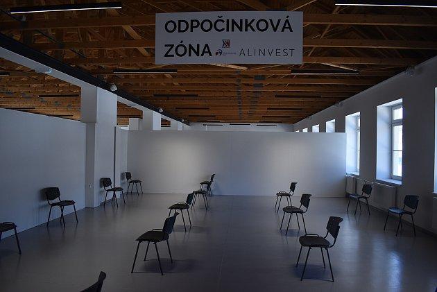 Nové očkovací centrum vprůmyslovém areálu AL INVESTU Břidličná je ukázkou dobré spolupráce kraje, nemocnice a soukromého sektoru. Jako první se zde nechal naočkovat starosta Břidličné, který už má sedmdesátku za sebou.