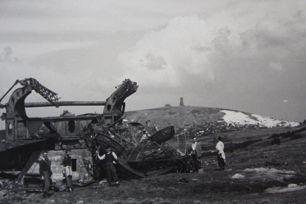 RADAROVÁ STANICE za války stávala na druhé nejvyšší hoře Jeseníků Vysoké holi. V pozadí je rozhledna na Pradědu. Opět se jedná o snímek Jaroslava Němce z Rýmařova pořízený 28. 4. 1946. Foto je uloženo v krnovském archivu.