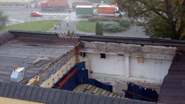 Tak vypadal včera dopoledne pohled z výšky na propadliště nad bruntálským kinem Centrum.