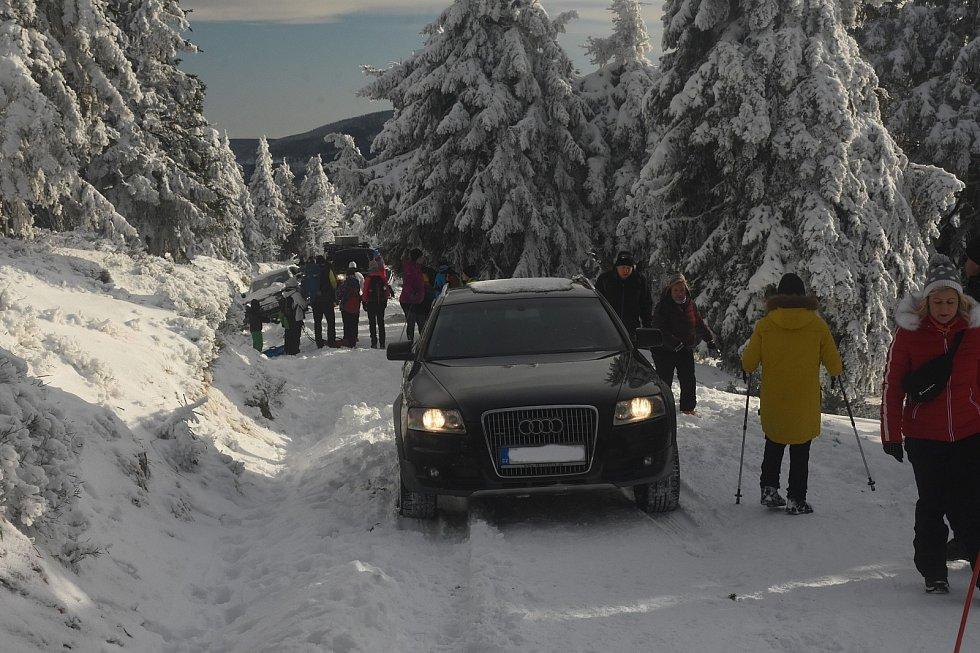 Řidič Audi oslavil Silvestra v Jeseníkách projížďkou po lyžařské magistrále na Vřesovou studánku. Když zapadl, přijel ho vyprošťovat Land Rover. Oba řidiči dostalo pokutu v celkové výši 30 tisíc korun.