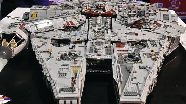 Model lodi Millenium Falcon - Radek Popík z Meziny na Bruntálsku představil 10. prosince 2019 v Pelhřimově model lodi Millenium Falcon známé s filmové ságy Hvězdné války, který vytvořil ze stavebnice Lego.