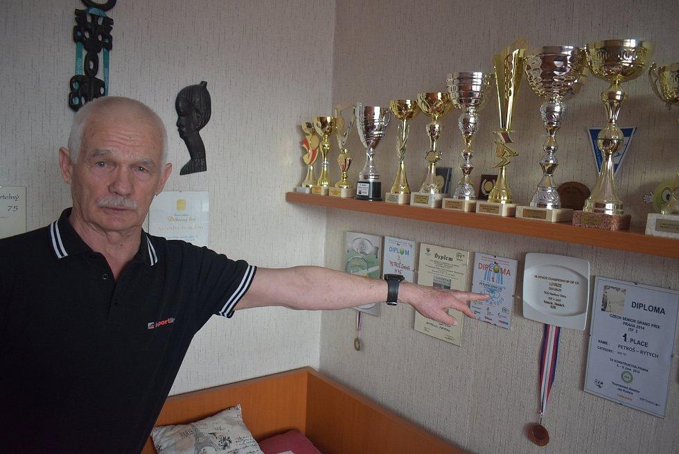 Tyto trofeje Antonín Petroš z Bruntálu vybojoval v uplynulých patnácti letech na tenisových kurtech. Při boji s covidem si sáhl až na dno svých sil.