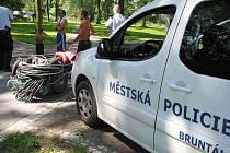 Skupinku zlodějů kovů jedoucí z nemocnice zadrželi strážníci v městském parku s vozíkem plným hliníkových drátů. Muži tvrdili, že je dostali darem.