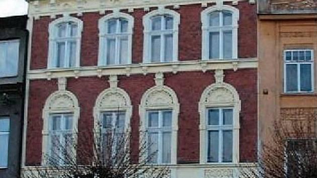 Severní fasádu domu číslo popisné 60 míjejí místní denně.