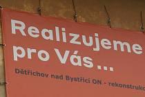 """""""Realizujeme pro vás rekonstrukci nádraží,"""" tvrdí billboard na nádražní budově určené k demolici. Jde o zavádějící nebo výstižné tvrzení?"""