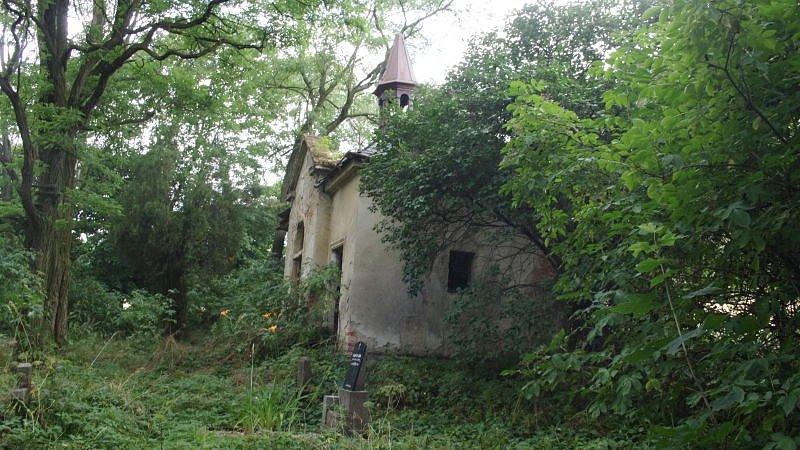Krnovští zastupitelé prodali zrušený hřbitov v Krásných Loučkách i s kaplí a márnicí za tisíc korun.
