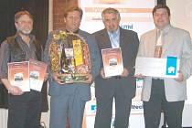 Rok 2006: Aleš Fousek (druhý zleva) a Georgios Bazakas (vpravo) přebírají ocenění Stavba Moravskoslezského kraje za zdařilou rekonstrukci krnovského Prioru. Dnes se oba setkají u soudu kvůli úplně jiné zakázce.