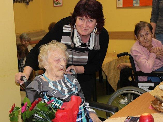 Hana Šutovská popřála Marii Ticháčkové ke 103.narozeninám pevné zdraví.