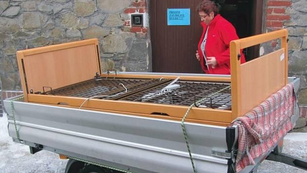 Milena Baranová, ředitelka Domova jistoty Devětsil, má před sebou těžký úkol. Vyklidit objekt na Ježníku, který sloužil péči o seniory po 63 letech.