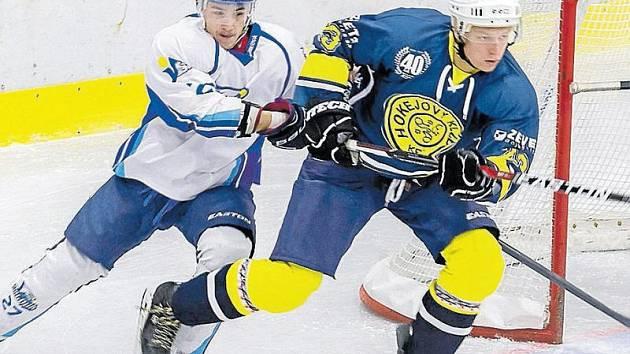 Na čtyři beky odehráli krnovští hokejisté utkání proti Orlové. Jedním z nich byl i Jiří Dohnal (vpravo).