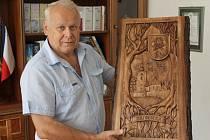 Řezbář Jan Sadovský potěšil plastikou svého souseda Bohumíra Kamence, starostu Břidličné (na snímku).