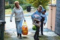Lidé v Karlově Studánce přinášeli do humanitární sbírky věci, které již doma nevyužijí.