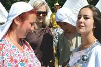 Katka Kubesová (vlevo) z 2. skautského oddílu Domoradovice se svými kamarády na táboře v kempovišti na Annabergu.