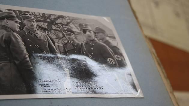 """Fotografie pořízená v Moravském Berouně před osmdesáti lety. Muž označený jako """"landrat von Hirschfeld"""" v říjnu 1939 v opilosti nařídil postřílet 56 vězňů v polské Inowrocławi."""