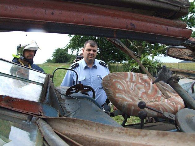 Traktorista po neopatrném manévru skončil přimáčknutý ve zdemolovaném traktoru ve dva metry hlubokém příkopu na svém soukromém pozemku.