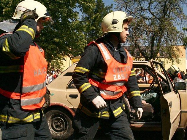 Hasiči, policisté a záchranáři předvedli dětem v Albrechticích ukázky ze své práce.