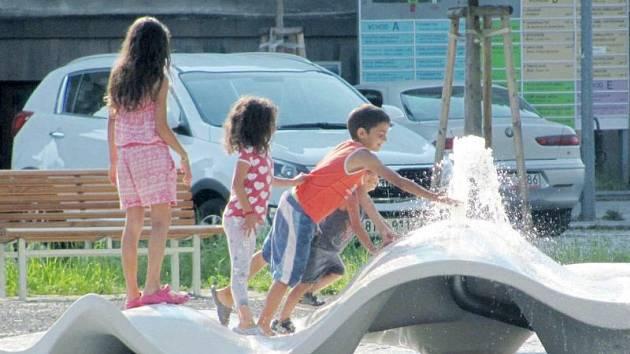 Vodotrysk s brouzdalištěm je nejnovější přírůstek do seznamu krnovských fontán. Záměrně vybízí kolemjdoucí ke kontaktu s vodou a v noci díky zelenému osvětlení vytváří magickou atmosféru.
