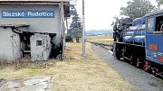 Slezské Rudoltice mohou cestujícím nabídnout jen zamčené nepřístupné nádraží. Proto společně s dalšími obcemi kolem úzkokolejky a společností Osoblažská úzkorozchodná dráha chtějí od státu koupit pět nádražních budov a revitalizovat je.