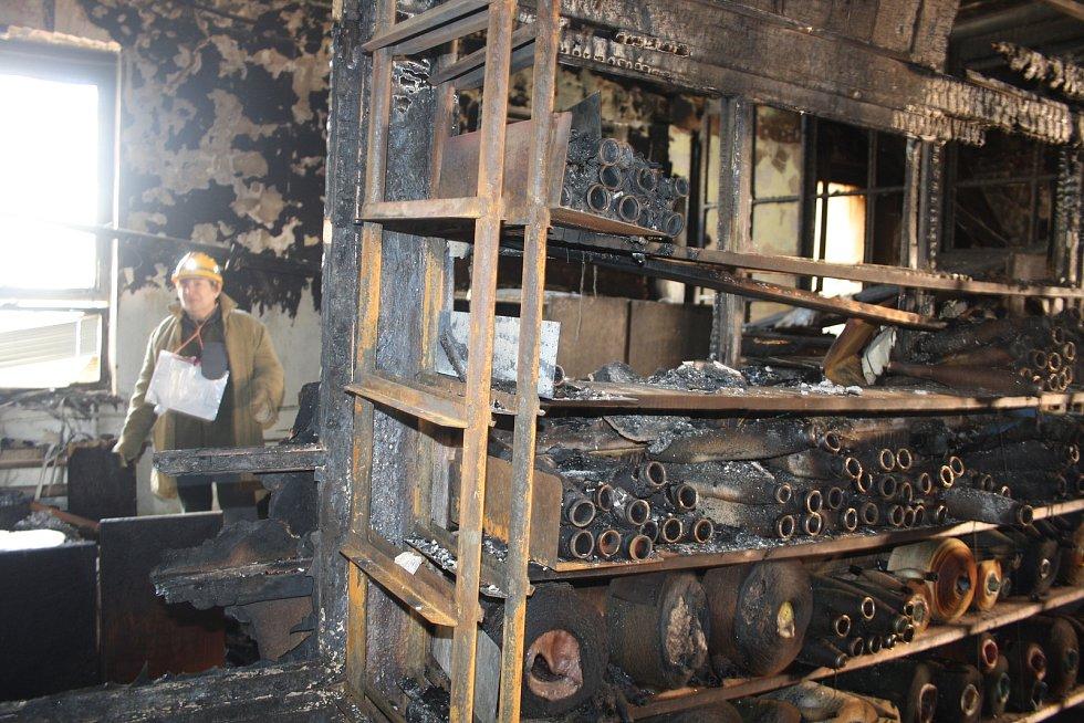 Zkrachovalá textilka Karnola po požáru.