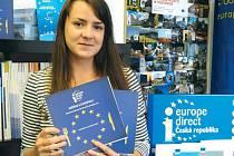Vedoucí Informačního střediska Europe Direct Bruntál Lucie Musialová s publikací, věnovanou rozličným pokrmům evropských zemí.