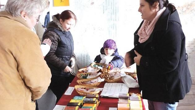 Velikonoční jarmark na zámku v Linhartovech navštívilo na tisíc lidí. Letos se prodejci i návštěvníci museli vypořádat s mrazivým počasím, které se k typicky jarní akci vůbec nehodilo.