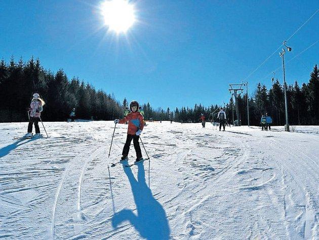 Nádherné počasí lákalo v minulých dnech lyžaře na sjezdovky do Jeseníků. Snímek je z Malé Morávky Karlova pod Pradědem.
