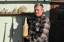 Zkamenělé dřevo staré tisíce let našel sběratel kamenů Vlastimil Mlýnek v bohušovské pískovně asi před třemi lety. Bylo schované v písku v erozní rýze. Sběratel zkamenělé dřevo očistil a usadil jej do vlastnoručně vyrobeného dřevěného stojánku.