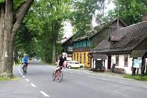 Cyklisté Jeseníky milují. Na výběr je ze stovek kilometrů tras různé obtížnosti. A vidět lze ze sedla kola skutečně hodně. Například malebnou osadu Rejvíz (na snímku).