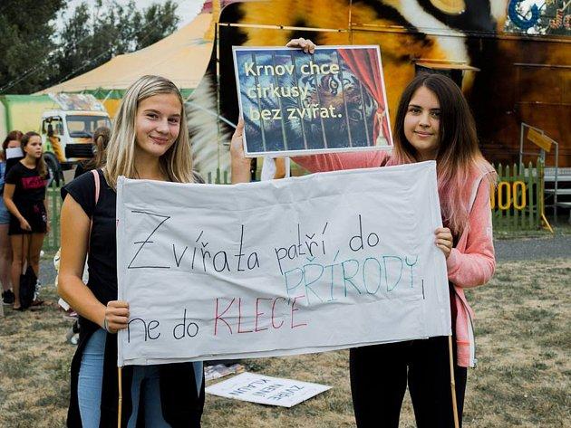 Cirkus JOO vKrnově navštívili nejen diváci, ale také demonstranti, kteří požadují zákaz vystupování volně žijících zvířat vcirkusech.