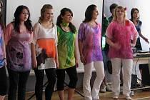 Módní přehlídka byla tečkou za školním rokem na krnovské průmyslovce. Studentky předvedly svůj vkus i to, co se naučily o zpracování textilu.