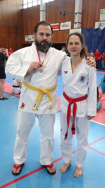 Pavel PolJanský se zlatou medailí zmezinárodních závodech vtaekwondo vPraze a se svou oddílovou kolegyní Petrou Henychovou. Poljanský vítězství vybojoval vkimonu, které si pro štěstí přivezl na loňský Bruntálský krystalek.