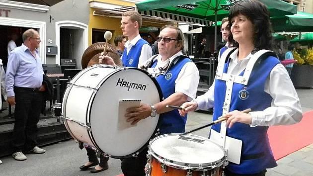 Dechová hudba Město Albrechtice před pár dny pochodovala ulicemi lucemburského města Wiltz v doprovodu mažoretek Petra Studénka.