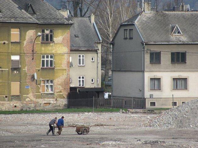 Demolice Slezskou komerční slévárnu SKS téměř vymazala z mapy Krnova. Zůstalo po ní několik hektarů stavební drti a pár budov, které láká hledače kovů, zloděje a vandaly.