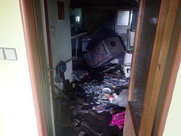 Tři osoby se nacházely vsobotu dopoledne vrodinném domě, ve kterém došlo kvýbuchu kotle na tuhá paliva. Následky výbuchu naštěstí nezpůsobily žádné zranění osob, pouze materiální škody na domě a jeho vybavení.