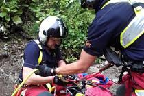 Horská služba a letečtí záchranáři dokážou spolupracovat jako sehraný tým. Přesvědčil se o tom turista, který se zřítil v nepřístupném kaňonu Bílé Opavy. Museli ho transportovat v podvěsu pod vrtulníkem.