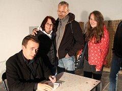 Jan Vavřík během autorského čtení z knihy Kolotoč strachu v kočárovně zámku při Dnech města Bruntálu. Došlo i na podepisování knihy čtenářům.