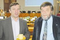 Místostarosta Vladimír Jedlička (vlevo) a zastupitel Pavel Bačgoň při prosincovém zasedání v Bruntále  v hovoru o pozemku v Zeyerově ulici.