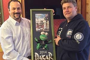 Semir Boughattas vydražil zubatou žábu z kamionu Martina Kolomého (zleva) letos za rekordních 23 506 korun na bruntálském městském plesu.