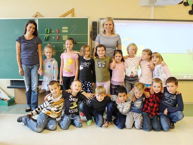 Žáčci první třídy Základní školy a Mateřské školy Lichnov se svou třídní učitelkou Ivetou Kollárovou (uprostřed) a asistentkou Vlastou Belánikovou (vlevo).